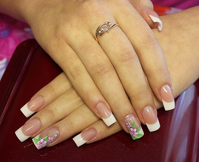 Белый френч с цветами ногти