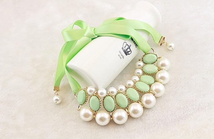Ожерелье нежного зеленого цвета. .  Так же оно украшены зелеными камнями. .  Подойдет любой девушке. .
