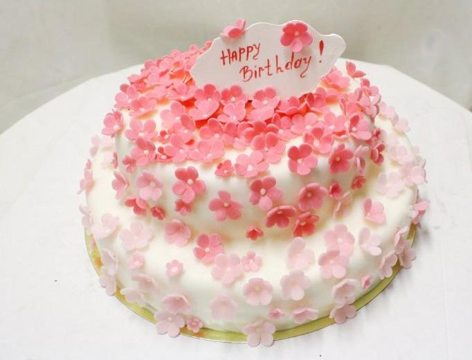Детские торты на год. .  Представьте себе торт на 1 день рождения, который выполнен, например, в виде красивой куклы...