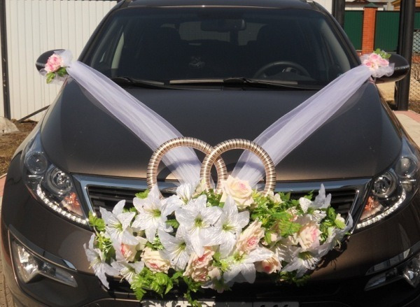 Магазин цветов, свадебный букет с лентами на капот.как прикрепить