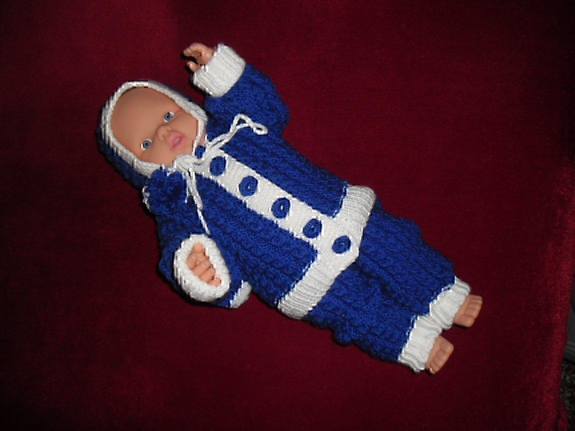 Вязаные детские костюмчики для новорожденных должны быть мягкими на ощупь.