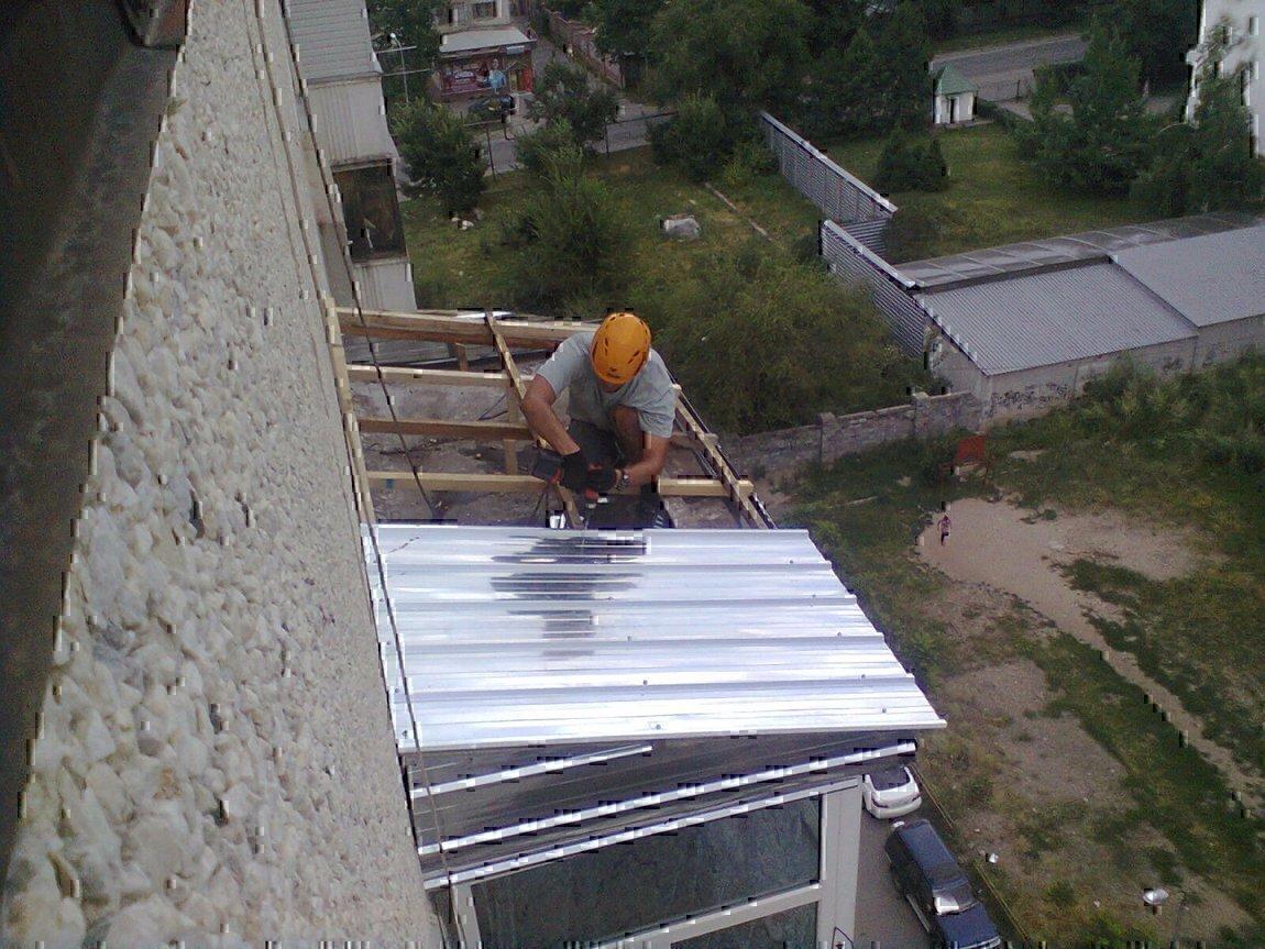 Течет крыша на балконе последнего этажа.