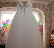 Свадебное платье белоснежное очень нежное с камнями