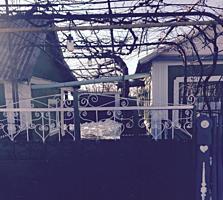Дом ухоженный во Владимировке с огородом, в доме остается мебель.