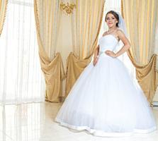 Классическое, аккуратное, на маленькую девушку свадебное платье.