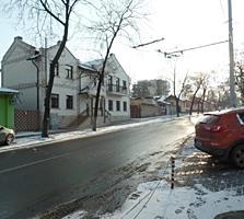 Центр, 2-комн., свой двор, место для машины, жилое состояние!