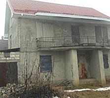 Urgent vindem casa cu 2 nivele, are geamuri si usi din lemn natural
