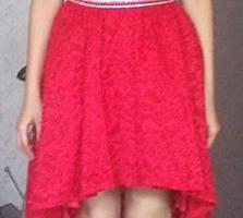 Платье красное со шлейфом.
