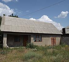 Casa compacta in centrul s. Porumbeni, la prima linie cu baie, WC, tel