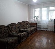 Se vinde apartament cu două odăi.