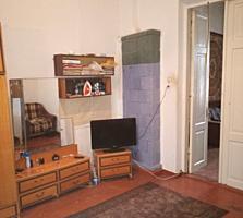 В центре города Бельцы продается пол дома. Se vinde două odăi in centru