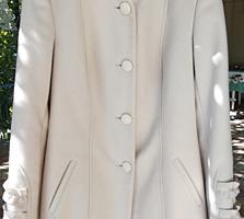 Продам женское пальто молочного цвета!