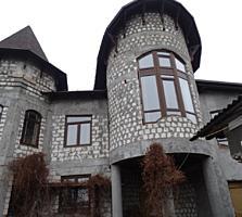 Жилой дом с бассейном общей площадью 800 кв. м.
