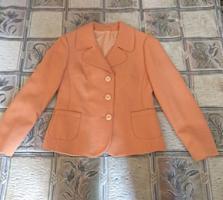 Оранжевый (персиковый) женский пиджак.
