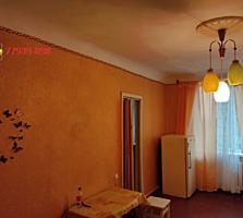 Продается 2-комнатная квартира, центр, высокий цоколь.