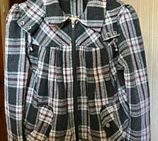 Практичная осенняя куртка и молодежный тренч размера M