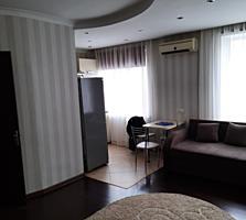 Продается 2- комнатная квартира в ЦЕНТРЕ с видом на площадь 45 кв. м.