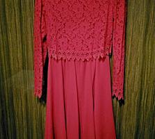 Платье нарядное с кружевной отделкой, размер М
