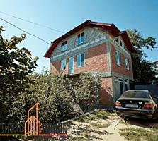 Vă propunem spre vânzare o casă in varianta sura cu 3 nivele, ...