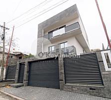 Vă propunem spre vânzare casă superbă în 3 nivele! Amplasată în ...