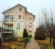 Spre vânzare casă cu 3 nivele în Codru. Imobilul are suprafața de ...