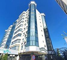 Se vinde Penthouse cu 3 odai + living amplasat în sectorul Centru. ...