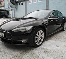 Tesla Model S P85 2013 года выпуска.