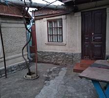 Полдома с удобствами, 2 комнаты + времянка. Центр Кировского поселка.