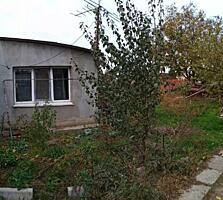 Продаю участок 5,5 соток с домом - 4 комнаты(3+1), в/у хоз. постройки.