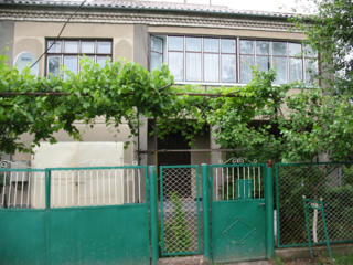Большой красивый дом в зеленом спокойном районе.