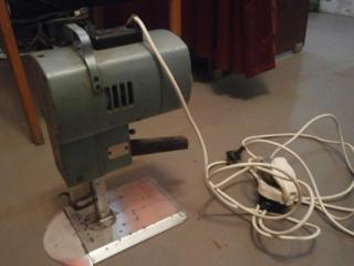 Электронож для раскроя многослойного полотна и головку швейной машины