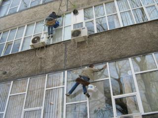 Мытьё окон и фасадов снаружи, внутри, на высоте.