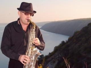 Музыкант (саксофонист-певец-гитарист)…