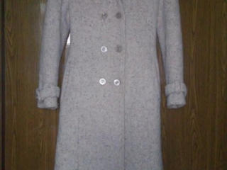 Продам светлое пальто, р. 44. В хорошем состоянии.