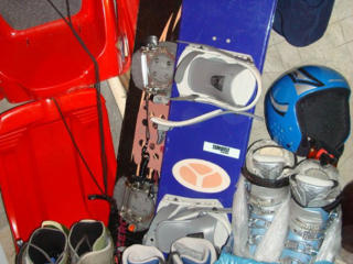 Сноуборд, шлем, ботинки лыжные, лыжи, санки, гиря, гриф