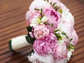 Свадебный букет невесты и бутоньерка для жениха.