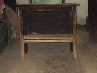 Продается столик старинный. Цена столика 250 lei.