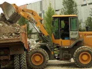 Бельцы! Вывоз мусора хлама доставка чернозема планировка снос домов!!!