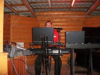 Музыкант профессионал ищет работу в баре или в ресторане.