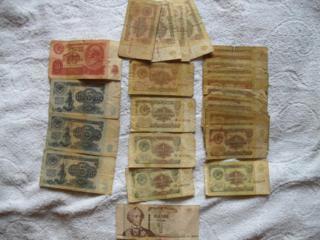 Старые деньги и купоны.