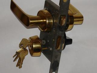 Продам новый замок врезной с позолоченным покрытием с 5 ключами