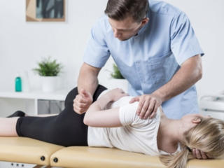 Массажист с опытом выполняет массаж спины, общий, шейно-воротниковый