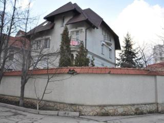 Дом 450 кв. м. возле Лечсанупр-а, можно под миниотель или мед. центр