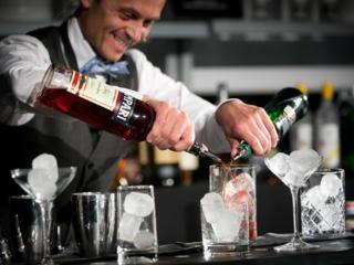 На постоянную работу в ресторан требуется бармен c опытом бариста