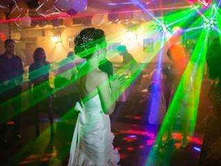 Проведение свадеб и юбилеев, ведущая, музыка со световыми эффектами.