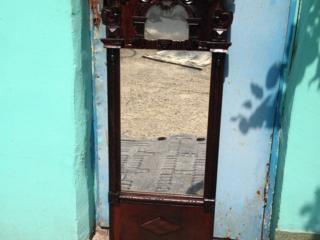 Очень древнее зеркало с резьбой