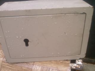 Шкафчик металлический