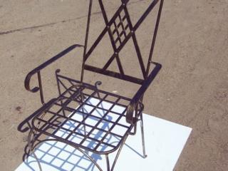 Столы, стулья, скамейки.