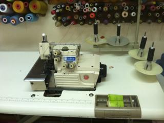 Оверлок 4-нит gemsy, утюг с парогенератором и столом производственный
