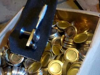Продам ключ и крышки закаточные для маленьких банок. и то что на фото.